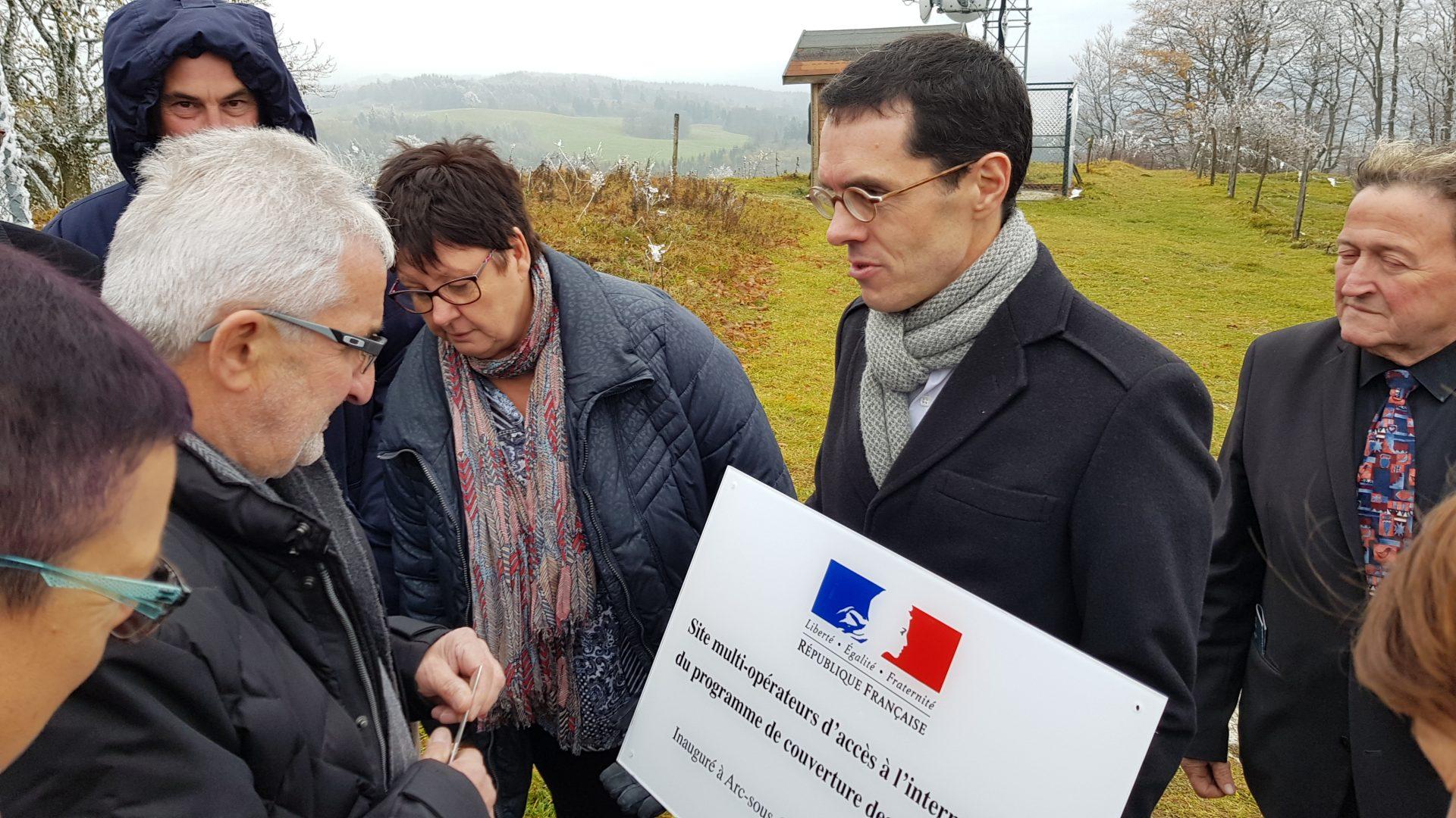 4/10 Remise de la plaque d'inauguration par Michel Combot, DG de la Fédération, à Gilbert Billot, Maire d'Arc-sous-Cicon